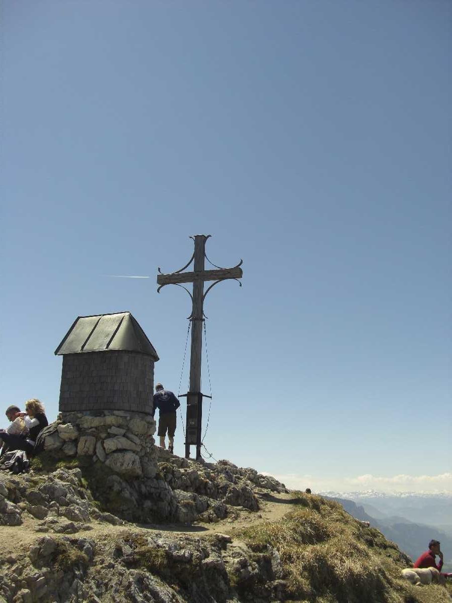 Gipfelkreuz Geigelstein mit kleiner Kapelle